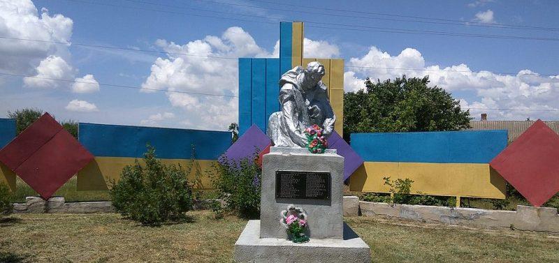 с. Васильевка Березанского р-на. Памятник, установленный в 1965 году в честь воинов-земляков, погибших в годы войны.