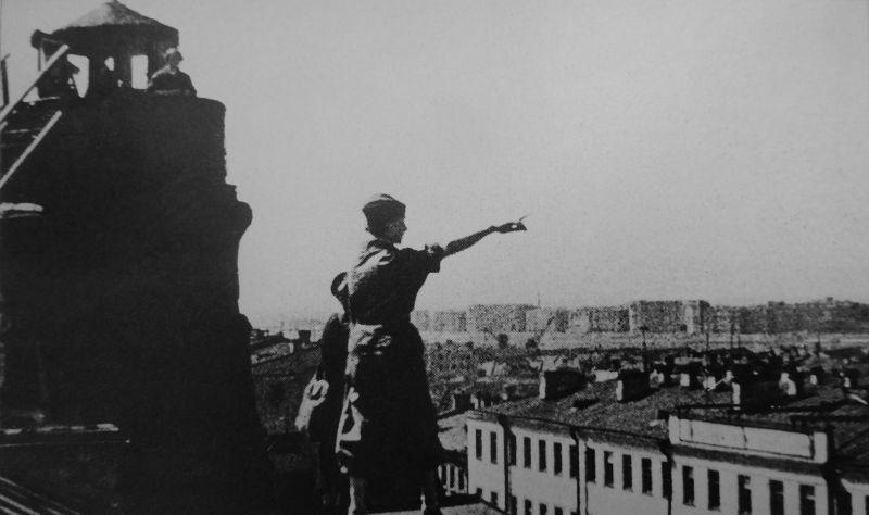 Девушки из части МПВО ведут наблюдение на крыше здания в Ленинграде. 1941 г.