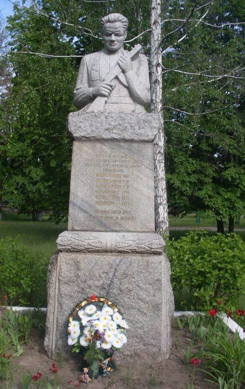 с. Мошны Черкасского р-на. Братская могила 6 партизан и памятник односельчанам, погибшим в годы войны.