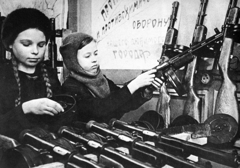 Подростки за сборкой автоматов. 1942 г.