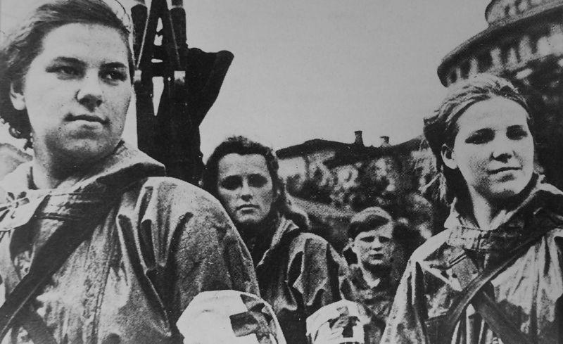 Девушки из ленинградской санитарной дружины - студентки 1-го Медицинского института. 1941 г.