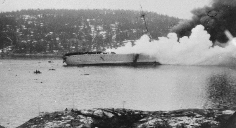 Тонущий в норвежском Осло-фиорде немецкий тяжелый крейсер «Блюхер». Апрель 1940 г.