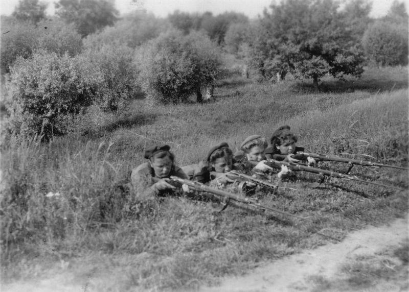 Советские девушки-военнослужащие на огневом рубеже. 1941 г.