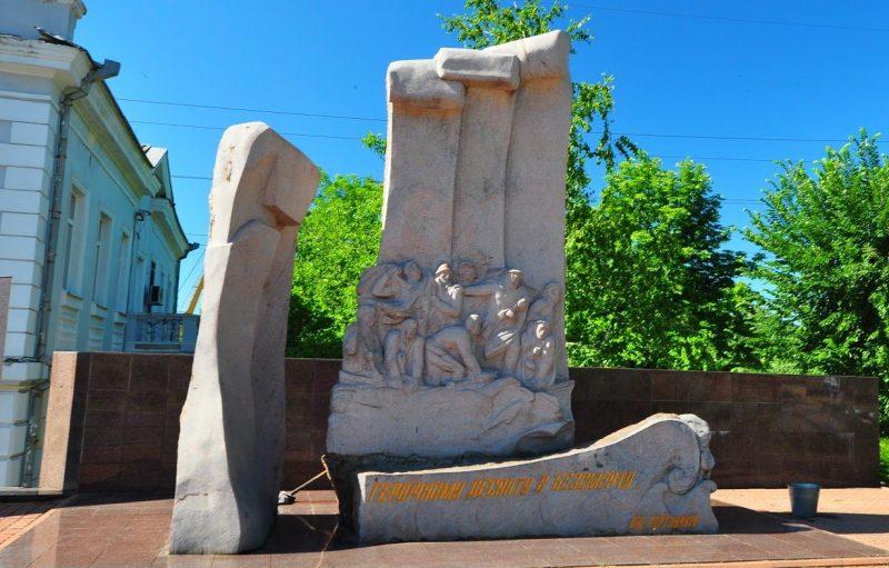 г. Николаев. Памятник «Героический десант в бессмертие», установленный в 2000 году. Скульптуры - В. Макушин, И. Макушина и Ю. Макушин.