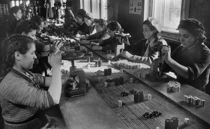 Женщины за сборкой боеприпасов. 1942 г.