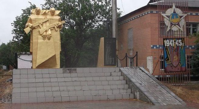 с. Красное Березанского р-на. Памятник, установленный на братской могиле советских воинов.