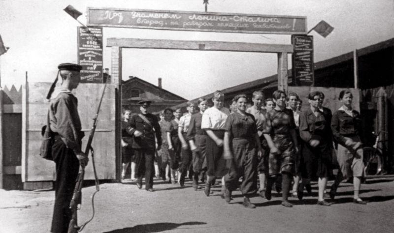 Советские девушки-добровольцы отправляются на фронт. 1941 г.