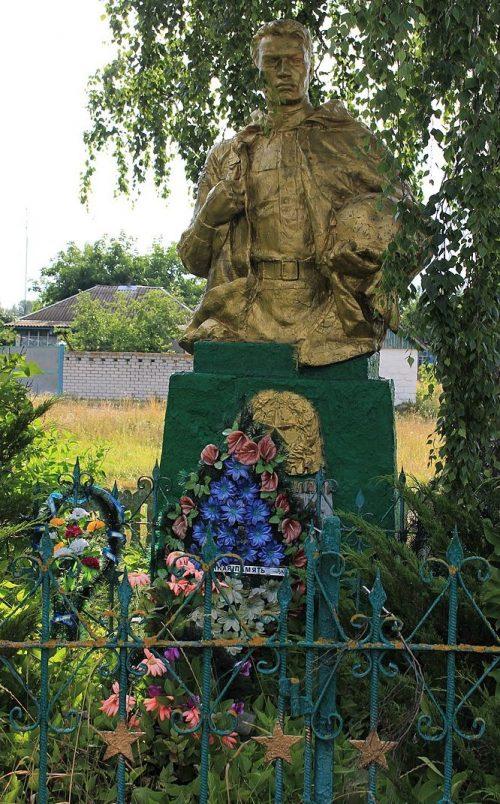 с. Первомайское Черкасского р-на. Памятник, установленный на братской могиле, в которой похоронено 6 советских воинов-десантников.