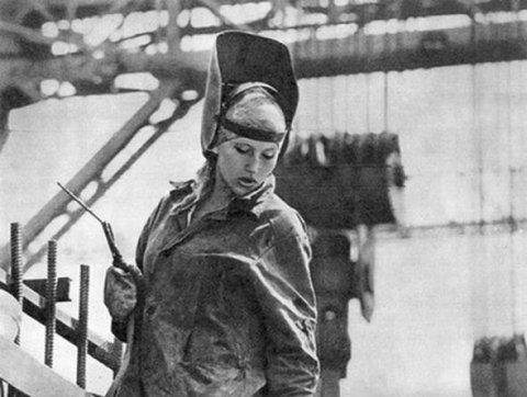 Женщина-сварщик. 1942 г.
