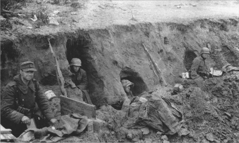 Немецкие солдаты в противотанковом рву у Лохштедского леса. Апрель 1945 г.