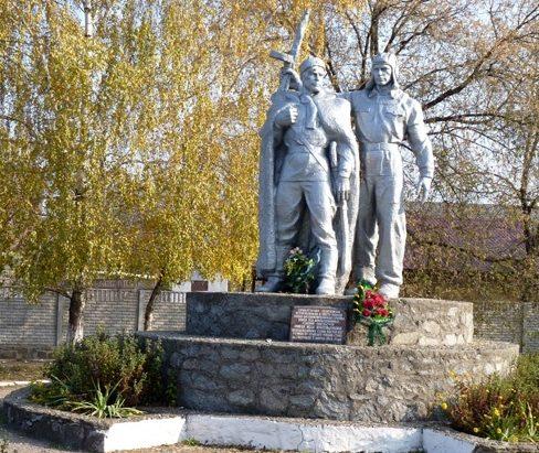 г. Новый Буг. Мемориал, установленный в 1965 году в честь воинов-земляков, погибших в годы войны.