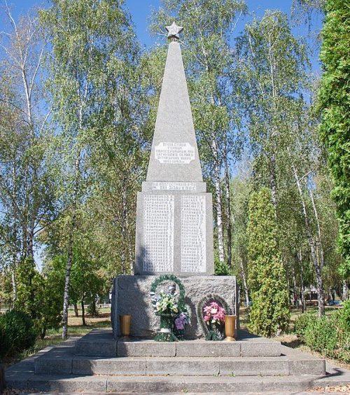 с. Дмитрушки Уманского р-на. Памятник воинам-односельчанам.