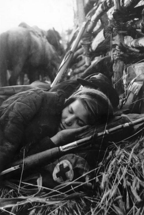 Спящая санинструктор. 1941 г.