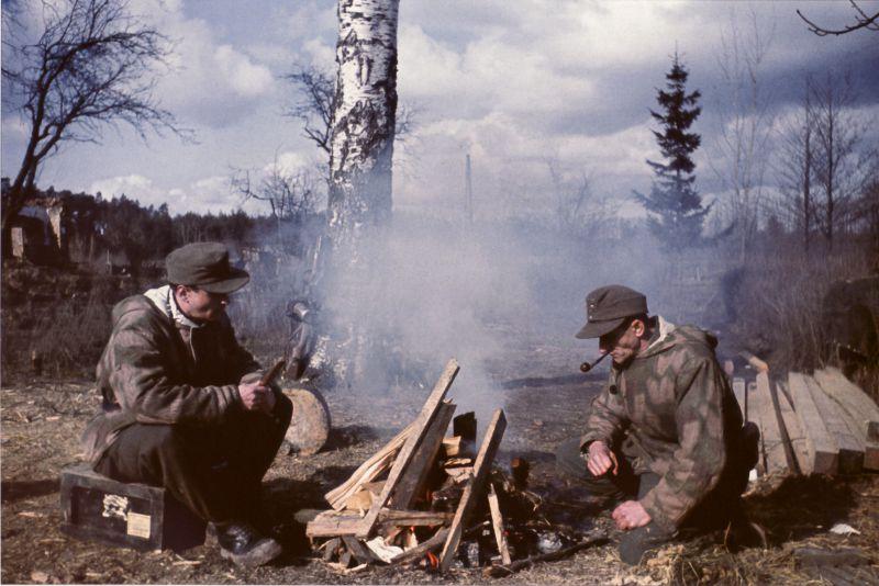 Немецкие солдаты на привале недалеко от Пиллау. Апрель 1945 г.