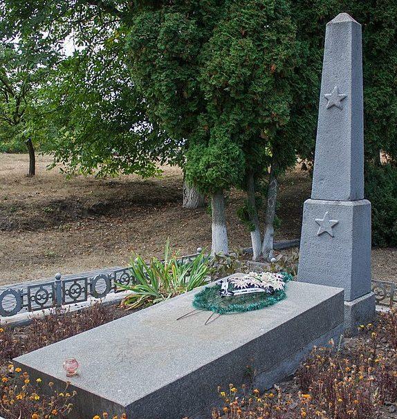 с. Доброводы Уманского р-на. Братская могила советских воинов.