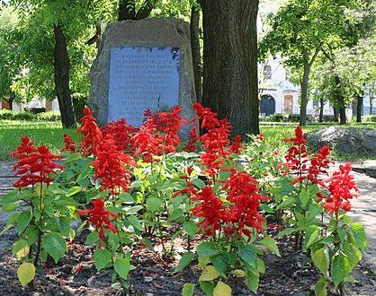 г. Николаев. Памятный знак 38-му добровольческому комсомольскому инженерному полку, установленный в Сивашском сквере.