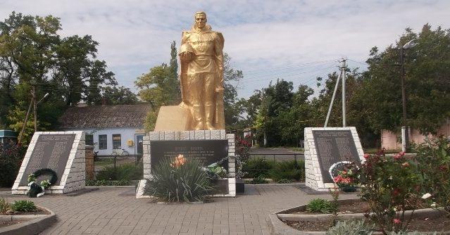 с. Рыбаковка Березанского р-на. Памятник, установленный в 1965 году на братской могиле, в которой похоронено 22 моряка-десантника погибшим у села Морское в ночь с 28-го по 29-е сентября 1941 года и памятный знак односельчанам.