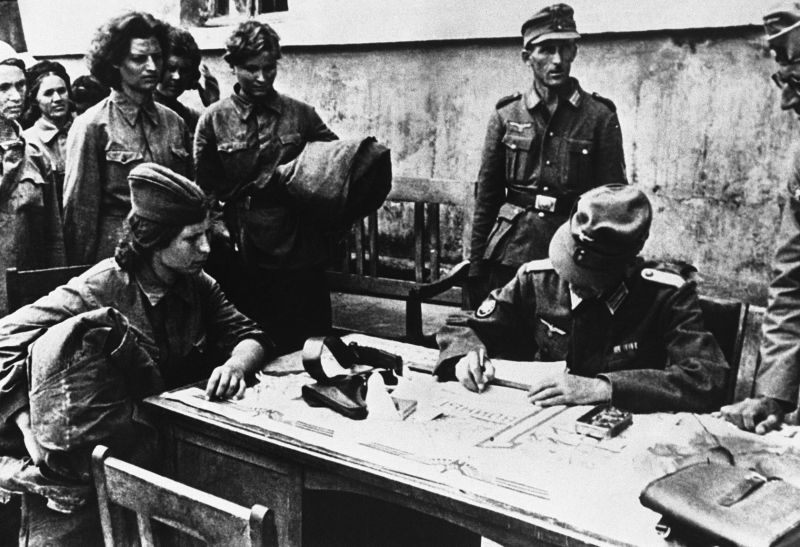 Офицер горно-пехотных войск Вермахта допрашивает женщин-военнослужащих РККА. Апрель 1942 г.