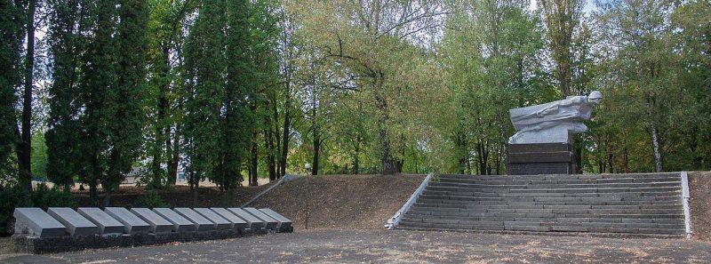 с. Доброводы Уманского р-на. Памятник воинам-односельчанам, погибшим в годы войны.