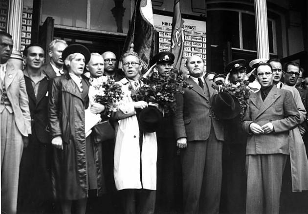 Эстонская делегация на Таллиннском вокзале перед поездкой в Москву с просьбой о присоединения Эстонии к СССР. 24 июля. 1940 г.