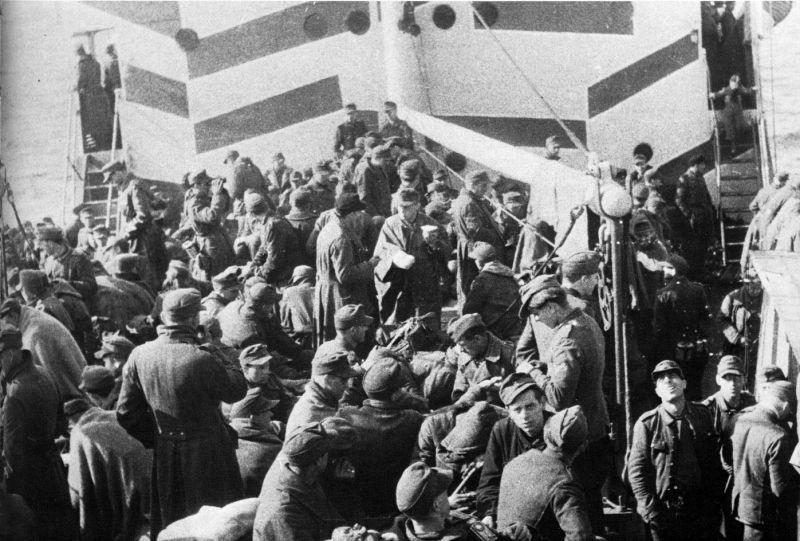 Немецкие солдаты на борту корабля в Пиллау. Апрель 1945 г.