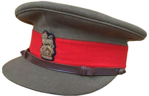 Фуражки старших офицеров с вышитой кокардой.
