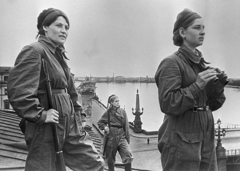 Девушки-бойцы МПВО на боевом дежурстве на крыше дома в Ленинграде. Май 1942 г.