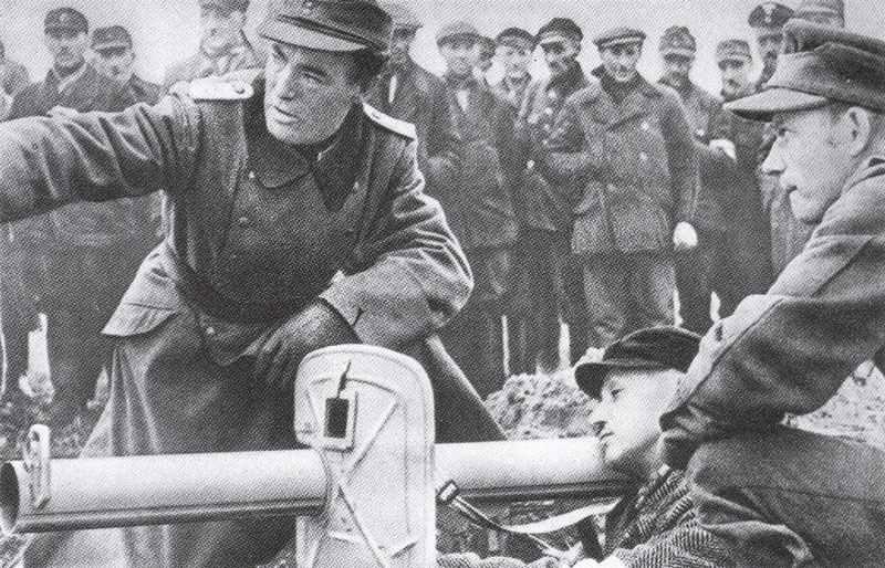 Обучение фольксштурма обращеию с панцершреком - 88-мм противотанковой ракетной установкой.