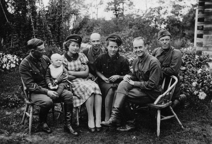 Советские военнослужащие на острове Эзель (Саарема) в деревне Мустьяла. Июль 1940 г.