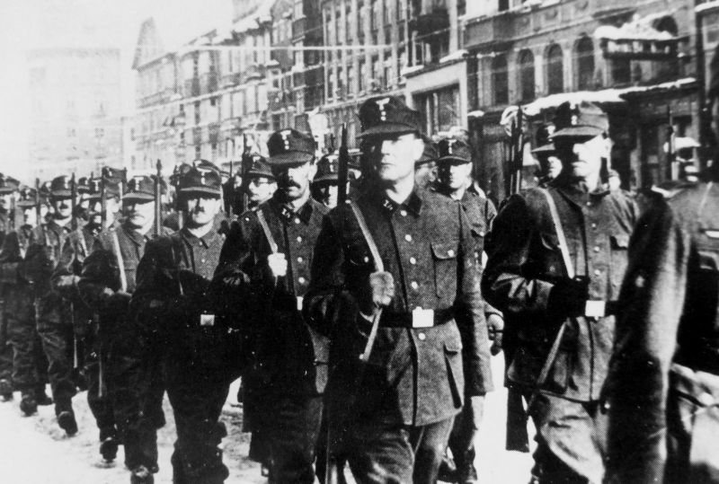 Ополченцы Фольксштурма маршируют по улице Инсбрука. Ноябрь 1944 г.