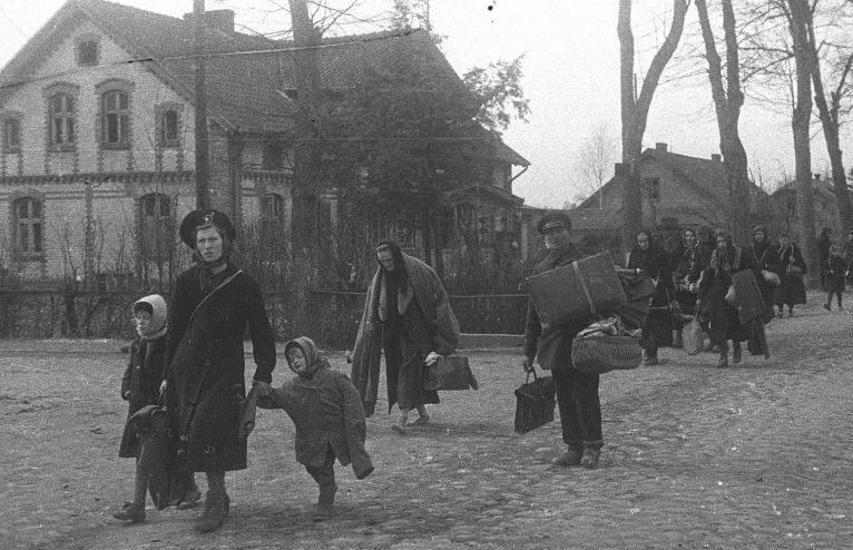 Немецкие мирные жители с вещами покидают город Пиллау. Апрель 1945 г.