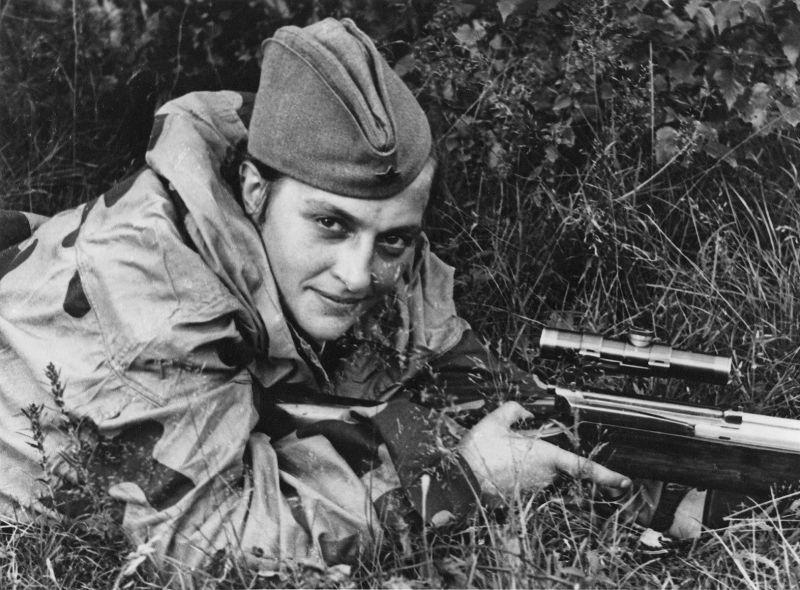 Снайпер Людмила Павличенко во время обороны Севастополя. Июнь 1942 г.