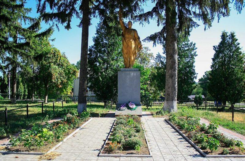 с. Ивановка Уманского р-на. Памятник, установленный на братской могиле советских воинов.