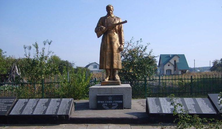 с. Свидовок Черкасского р-на. Памятник, установленный на братской могиле, в которой похоронено 173 советских воина и памятный знак погибшим односельчанам.
