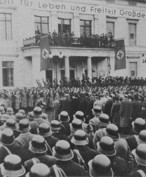 Геббельс обращается к ополченцам Фольксштурма после церемонии присяги в Берлине. Ноябрь 1944 г.