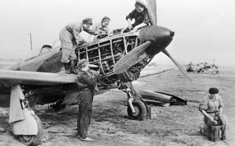 Женский техперсонал 586-го истребительного авиаполка ПВО обслуживает истребитель Як-1 на аэродроме под Сталинградом. Сентябрь 1942 г.