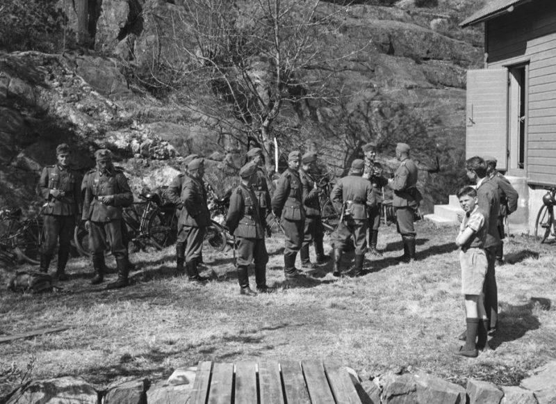 Немецкие солдаты на велосипедах у канатной дороги в Слабервиге. Апрель 1940 г.