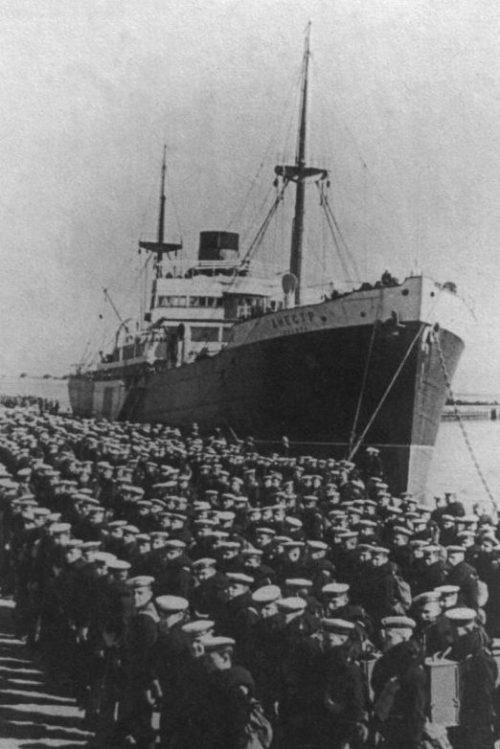 Советские матросы в порту Таллина во время переброски войск в Прибалтику. 1940 г.