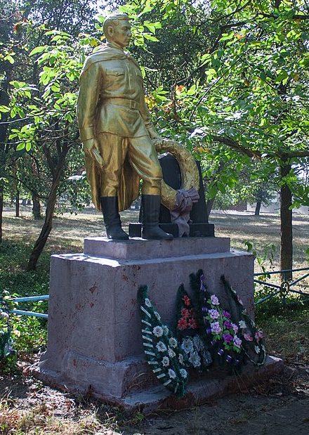 с. Колодистое Уманского р-на. Памятник у сахарного завода, установленный на братской могиле советских воинов.