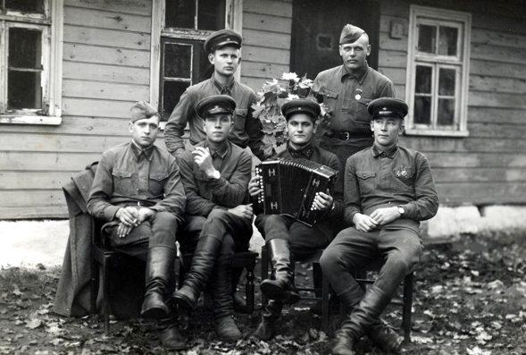 Советские военнослужащие в Саареме. 1940 г.