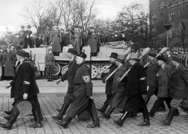 Ополченцы Фольксштурма на параде в Познани. Ноябрь 1944 г.