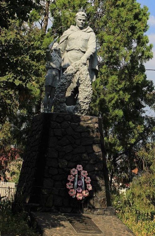с. Свидовок Черкасского р-на. Памятник, установленный на братской могиле, в которой похоронено 52 советских воинов, умерших от ран в госпитале.