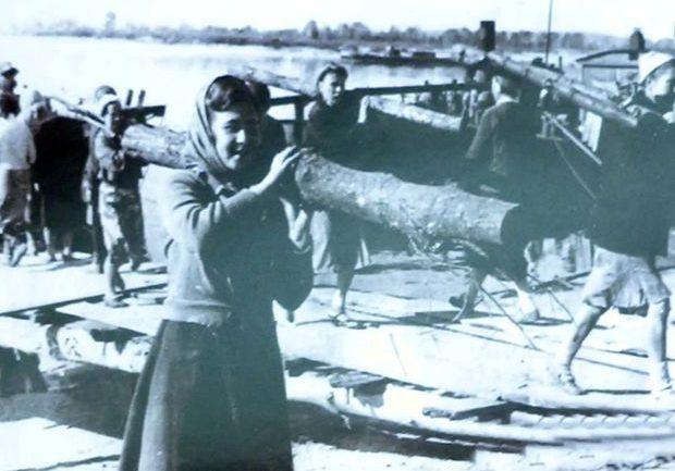 Разгрузка сплавленного леса. 1942 г.