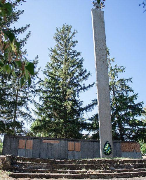 с. Колодистое Уманского р-на. Памятник воинам-односельчанам.