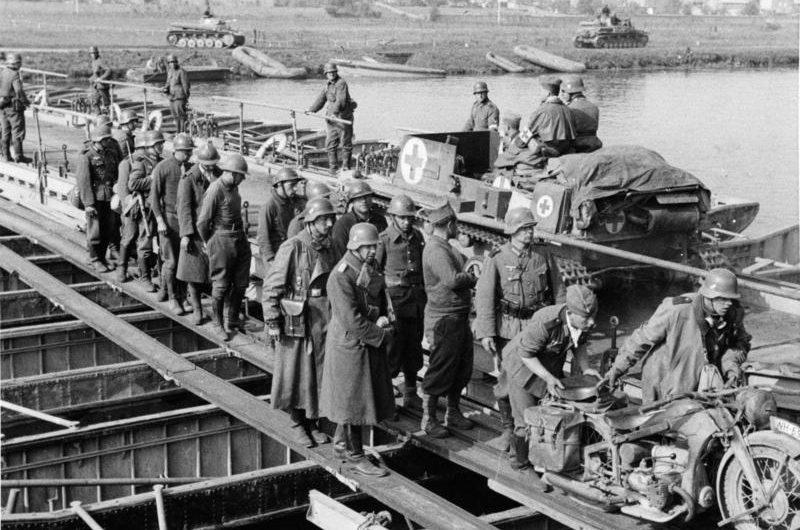 Немецкие войска на наплавном мосту через Маас у Флоинга. Май 1940 г.
