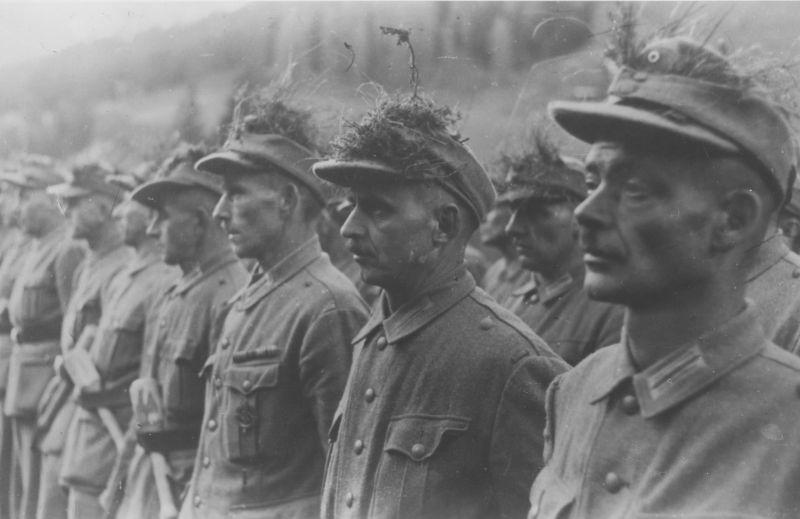 Строй солдат Тирольского Фольксштурма. Ноябрь 1944 г.