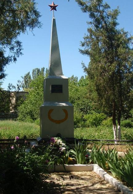 г. Николаев. Братская могила 42 воинов возле старого здания вокзала станции Кульбакино.