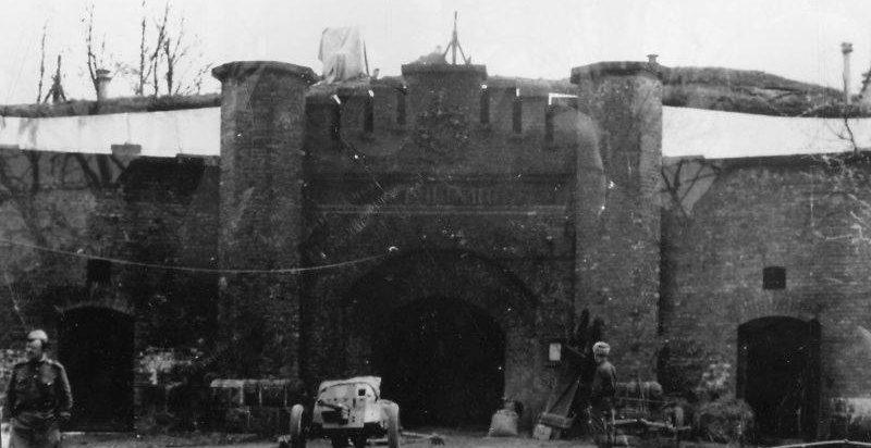Советские солдаты у форта Восточный в Пиллау. Апрель 1945 г.