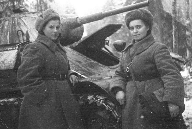 Санинструкторы у танка Т-70 на Калининском фронте. Декабрь 1942 г.