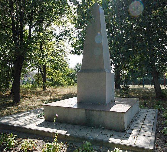 с. Софиевка Черкасского р-на. Памятник, установленный на братской могиле, в которой похоронено 17 советских воинов парашютистов, погибших в бою с фашистами.
